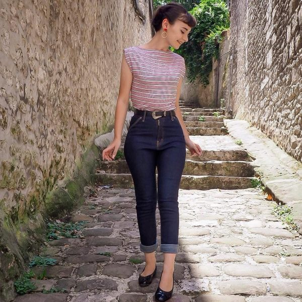 Petite vinatge style highwaist jeans worn by petite model