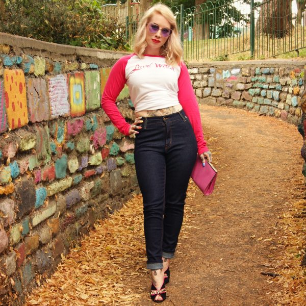 Retro outfit inspiration with pink and white baseball tee and tight high rise jeans for petite women