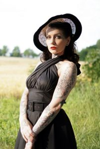pin up vintage fashion influencer with vintage skirt and rockabilly style